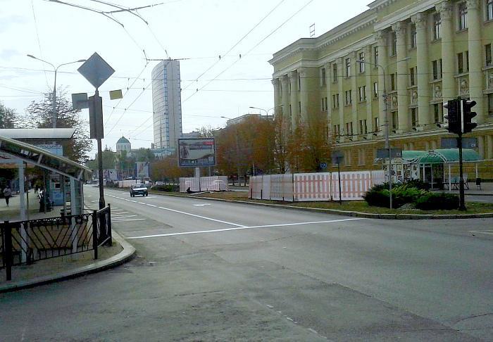 На улице Артёма в самом центре Донецка ремонтируют участок водовода протяжённостью почти полкилометра