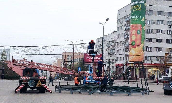 В Донецке начали монтаж новогодней ёлки