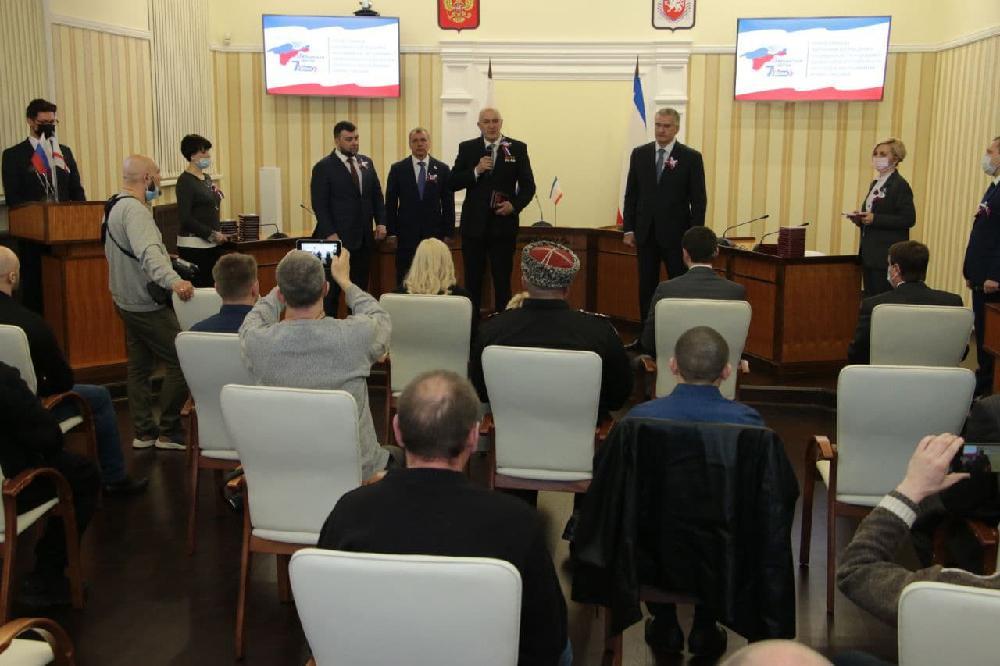 Денис Пушилин вручил медали «За отвагу» членам добровольческого отряда «Крым»